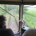 Na trati ze Strančic do Velkých Popovic vzniklo několik černých přejezdů. Ty už nyní nefungují