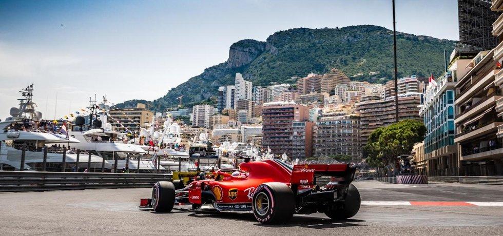 Monopost Ferrari při průjezdu slavnou šikanou u přístavu během Velké ceny Monaka