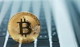 Bitcoin a notebook, ilustrační foto