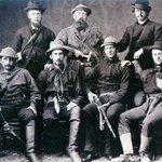 Pušky & krumpáče. Výpravy na území obývané dosud nepokořenými indiány a desperáty typu Billyho the Kida si žádaly celé muže. Othniel Charles Marsh stojí v zadní řadě uprostřed.