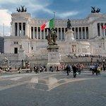 Itálie Sazby v Itálii se liší město od města. Navíc rovněž záleží na úrovni ubytování. V Římě se taxa pohybuje od 3 do 7 eur za osobu a noc. Za děti do 10 let se neplatí.