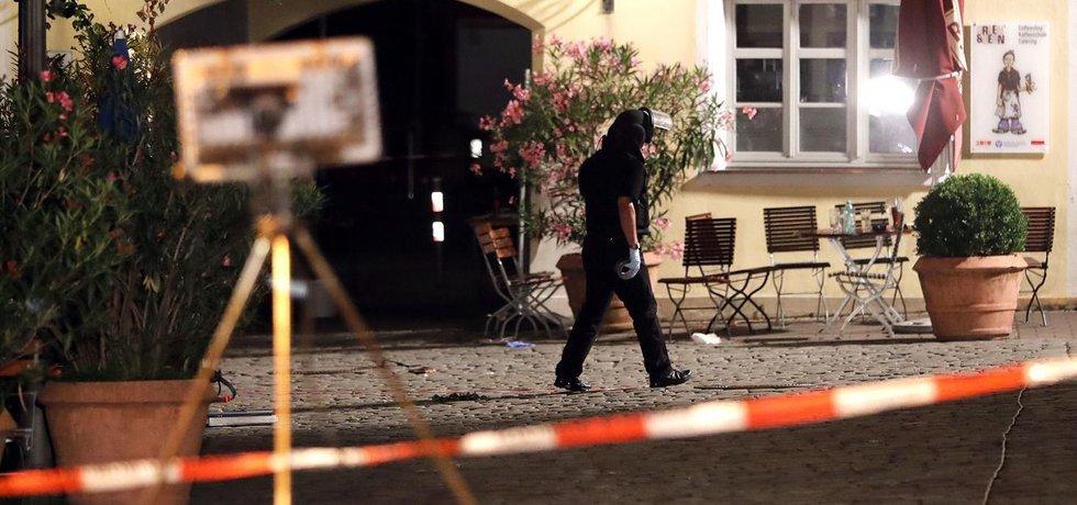 Policie ohledává místo útoku v německém Ansbachu (Zdroj: čtk)