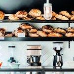 """Mirabelle - Guldbergsgade 29. Do stejné sítě patří i Mirabelle, pekárna a bistro, které je rájem všech milovníků lepku. Místním tahákem je pečivo všeho druhu (pokud někde ochutnáte lepší mandlový croissant než je ten zdejší, dejte nám prosím vědět do redakce), od sladkého po žitný chléb a těstoviny. Pečivo a kávu si můžete koupit i s sebou bez čekání na stůl u venkovního okénka. Snídaně """"al fresco"""" tu má rozhodně něco do sebe. Pokud se vám ale podaří získat místo uvnitř, nebudete ho chtít opustit. Bez snídaně v Mirabelle by návštěva Kodaně nebyla úplná. Tvoří ji zcela obyčejné věci jako pečivo, vejce a sýr. Ale jsou tak dobré (i tady v bio kvalitě), že na ně budete dlouho vzpomínat. Totéž platí i pro těstoviny, které se vyrábějí na místě a podávají spolu s dalšími jídly v době obědů a večeří. Výběrová káva je tu samozřejmostí. A hned vedle sídlí nejvyhlášenější kodaňská pizzerie Bæst. Bohužel jsme ji nevyzkoušeli, protože jsme neměli rezervaci a čekačka na stůl byla hodina a půl. Neudělejte stejnou chybu."""