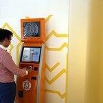 Tento automat vám převede normální peníze na bitcoiny. Stačí ho pořádně nakrmit.