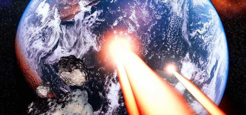Meteorit před srážkou se Zemí, ilustrační fotomontáž
