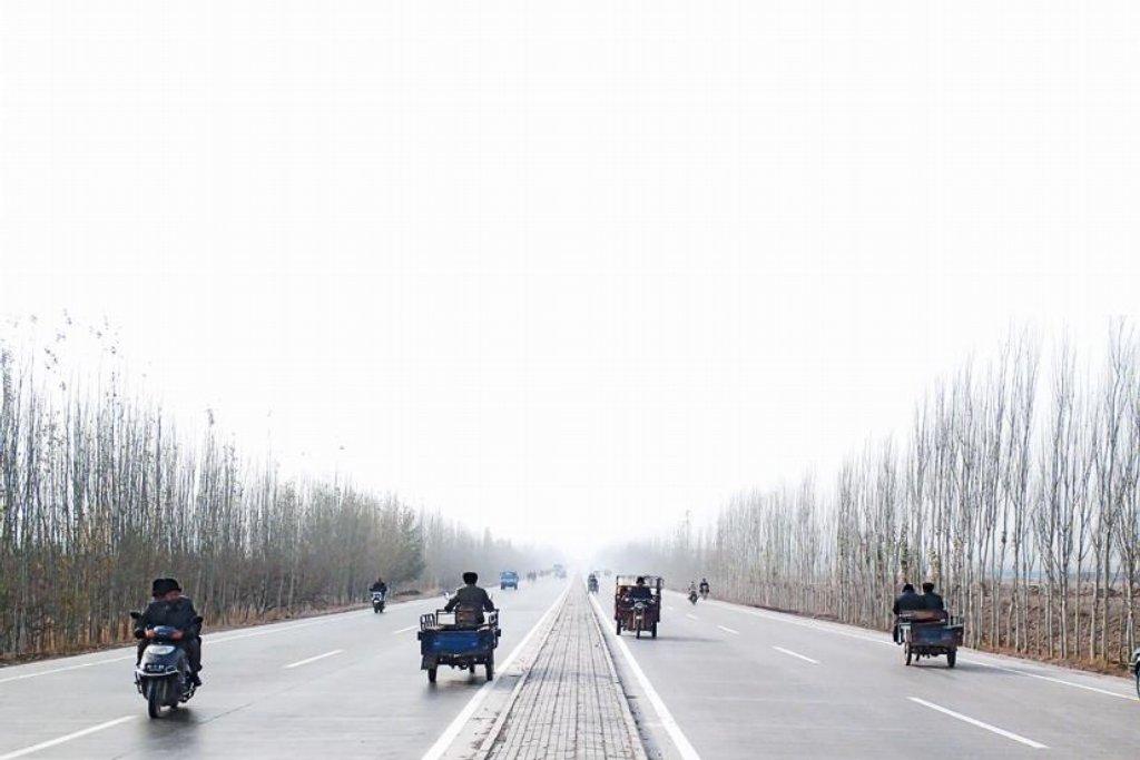 Venkovská magistrála. Na nové dálnici postavené Číňany moc aut nepotkáte, zato tu funguje provoz v několika směrech