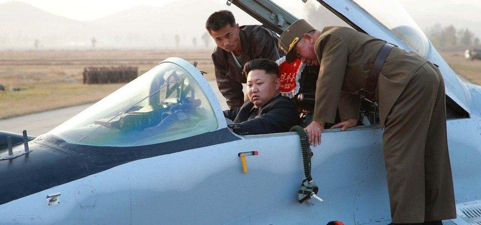 K výzbroji severokorejského letectva patří přibližně 1600-1700 letadel různého typu, obvykle ruské a čínské.  Vůdce stalinistické diktatury si prohlíží kokpit jednoho z nich