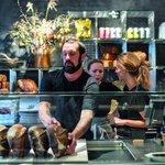 Hart Bageri - Gl. Kongevej 109. Naslepo vám doporučím ještě na konci září nově otevřenou pekárnu Richarda Harta. I on prošel kuchyní Nomy a je považovaný za jednoho z nejlepších pekařů současnosti. Pekárna se otevírala v poslední den mé návštěvy Kodaně a už při otevření byla fronta tak na tři hodiny. René Redzepi přišel svého bývalého kolegu zkontrolovat osobně a otvíračka byla opravdu událost. Počítám, že zájem veřejnosti se stabilizoval na nějaké rozumné úrovni a křupavý chléb i pečivo dostanete po přiměřeném několikaminutovém čekání, jako třeba v Mirabelle.