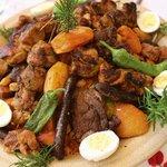 Na Sahaře ochutnejte kuskus - jídlo podávané v obrovském hrnci obsahující i spoustu vařené zeleniny, zrnka římského hrachu, vařená vejce, pikantní omáčku a čtyři druhy masa. Nádherně vypadá a skvěle chutná.