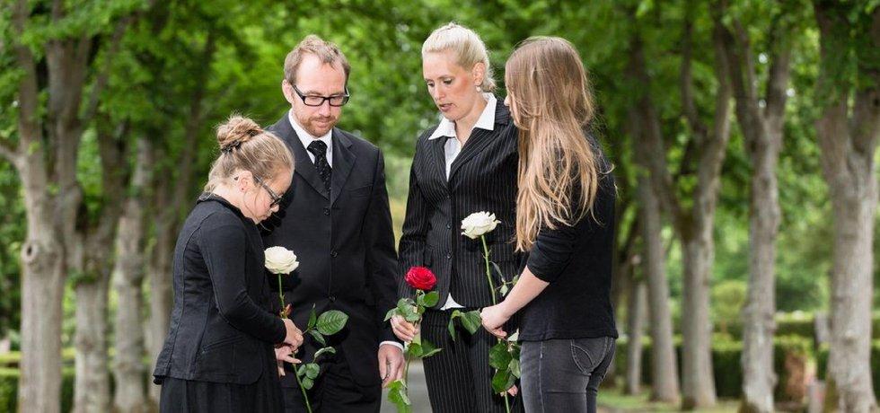 Sirotek na pohřbu