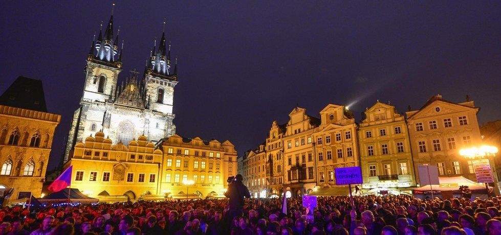 Zemanovi kritici uspořádali vlastní oslavu Dnu české státnosti na Staroměstském náměstí