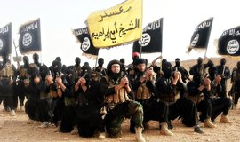 Bojovníci organizace Islámský stát pózují na společné fotografii.
