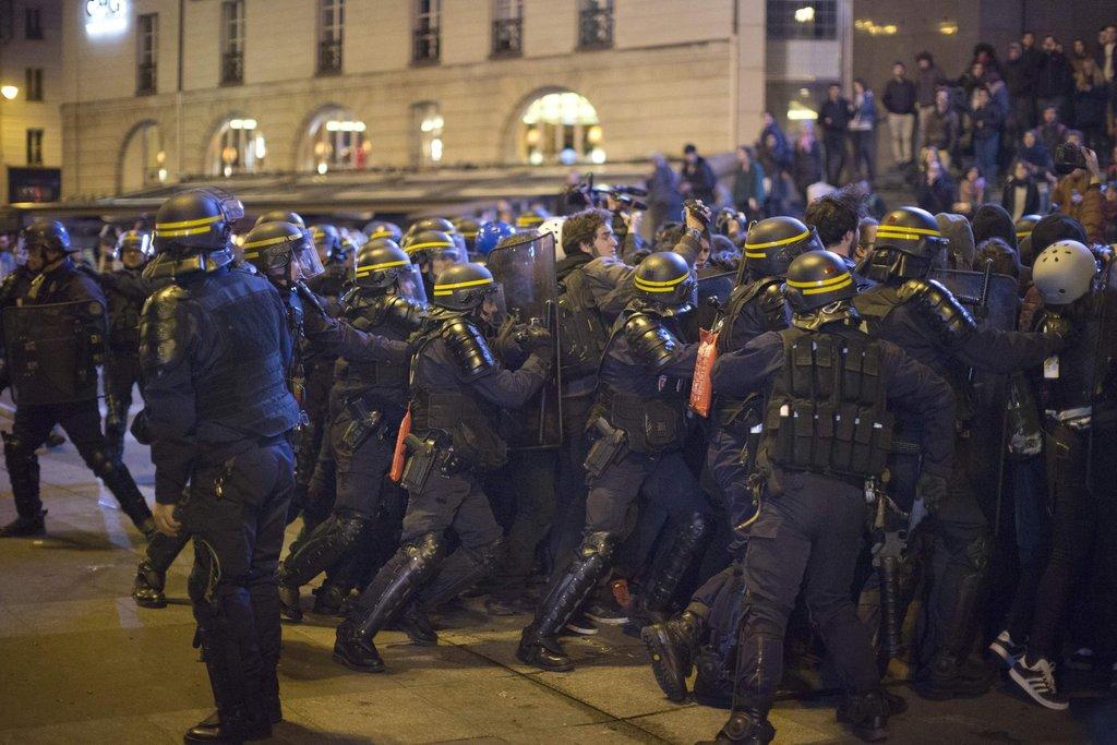 Policie se snaží vytlačit odpůrce Le Penové z ulic.