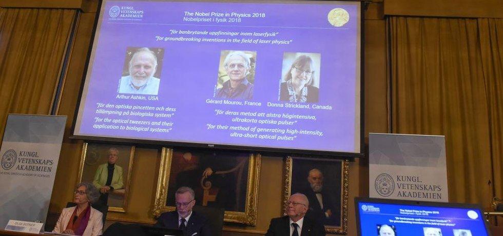 Letošní Nobelovu cenu za fyziku získali Američan Arthur Ashkin, Francouz Gérard Mourou a Kanaďanka Donna Stricklandová