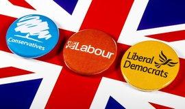 Průvodce britskými volebními sliby. Labouristé chtějí radikální změny, konzervativci rychlý brexit
