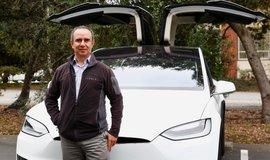 Miguel Casillas před modelem Tesla X v Menlo Park v Kalifornii. K pronájmu svého auta využívá firmu Turo.