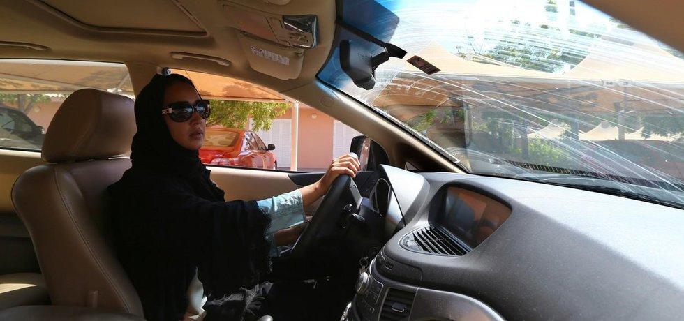 Saúdka za volantem - ilustrační foto
