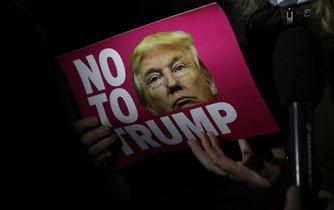 Protestní transparent proti Trumpovi