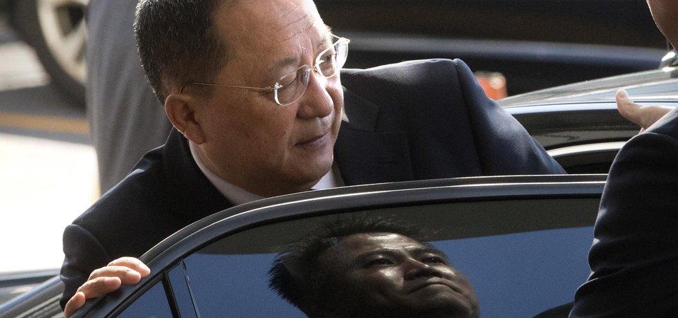 Severokorejský ministr zahraničí Ri Jong-ho nasedá do auta u letiště v Pekingu