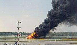 Kouř stoupá z ohně v letadle na letišti Šeremetěvo v Moskvě v neděli 5. května 2019.
