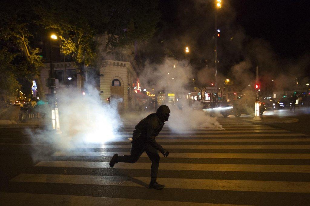 Nepokoje v Paříži po zveřejnění prvních výsledků voleb. Policie rozháněla demonstranty slzným plynem.