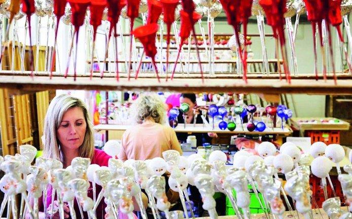 Výrobě i prodeji křehkých skleněných ozdob se opět daří