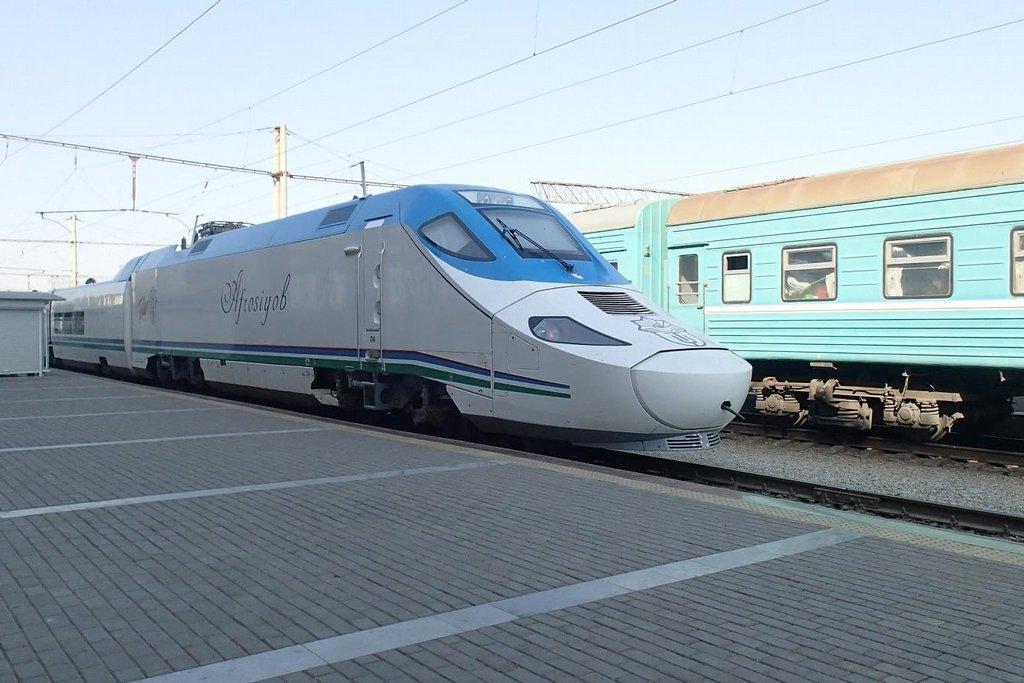 Tenhle vlak je pro byznysmeny, ten v pozadí pro obyčejné lidi, včetně reportéra E15