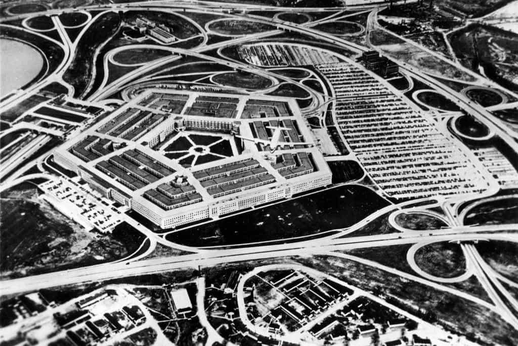 Stavba budovy začala 11. září 1941 a byla dokončena velice rychle, už 15. ledna 1943. První úředníci už se do budovy nastěhovali před jejím dokončením. Náklady se vyšplhaly na 83 milionů dolarů, soustředění velení armády na jedno místo ale přinesly úspory, takže se už po sedmi letech investice vrátila.
