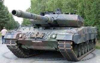 Německý tank Leopard 2 s kanónem ráže 120 mm. Ilustrační foto.