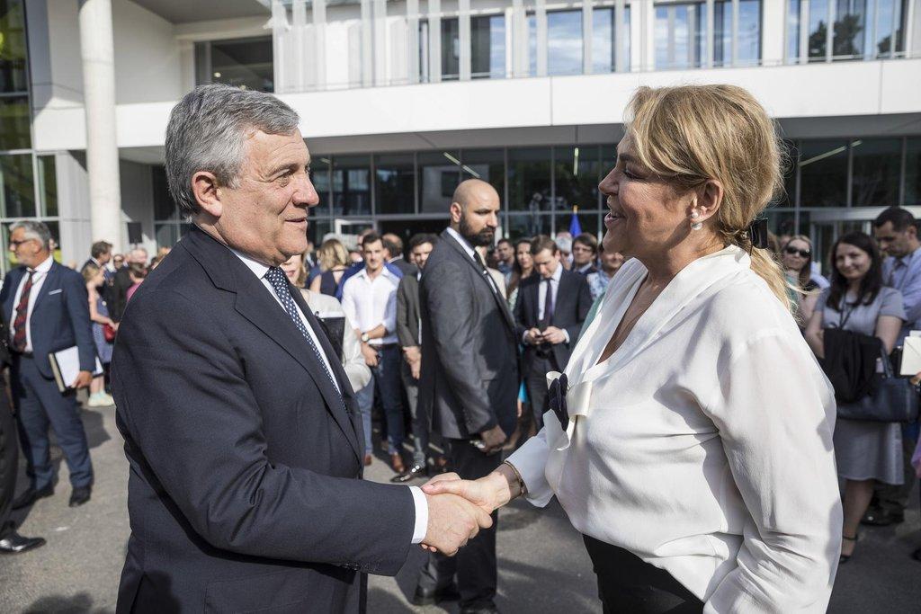 Krátké ceremonie se před budovou zúčastnila také francouzská ministryně pro evropské záležitosti Nathalie Loiseauová, europoslanci, starosta Štrasburku a další hosté.