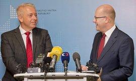 Premiér Bohuslav Sobotka a ministr vnitra Milan Chovanec