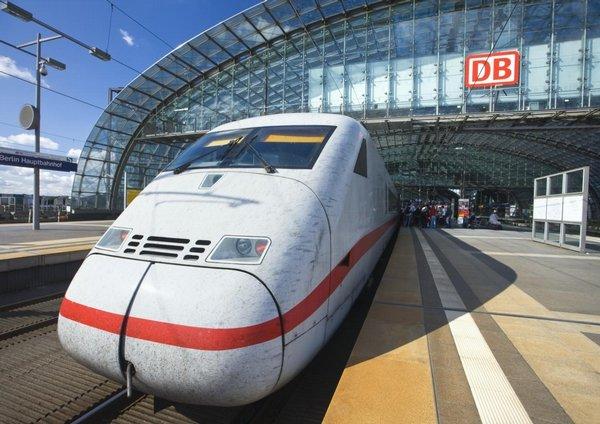 ICE express na Hlavním nádraží v Berlíně.