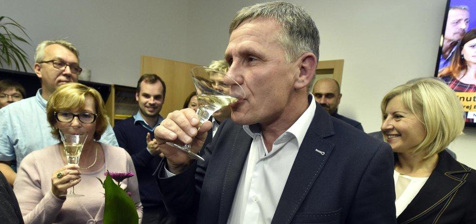 Krajské volby ve Zlínském kraji vyhrála KDU-ČSL ziskem 12 z celkových 45 mandátů. Podle předsedy lidovců Pavla Bělobrádka stojí za úspěchem lídr kandidátky Jiří Čunek (na snímku)