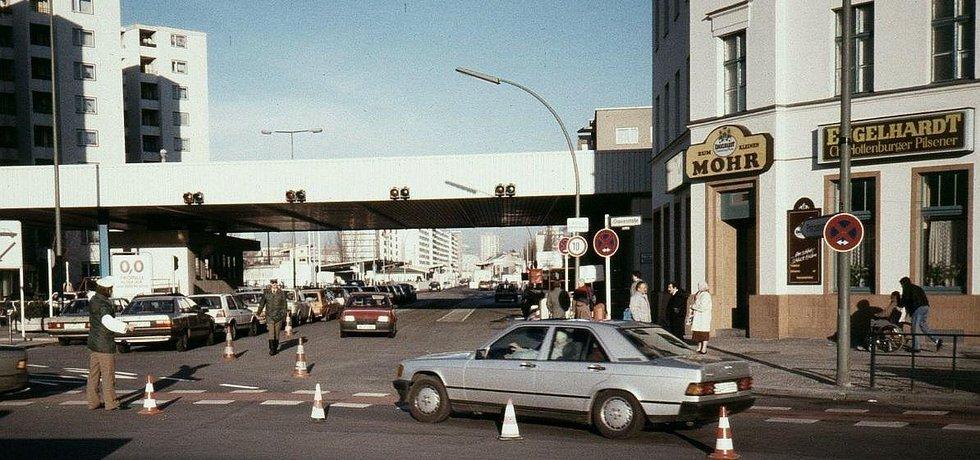 Berlínské náměstí Moritzplatz s hospodou U malého mouřenína na konci roku 1989 s hraničním přechodem mezi Západním Berlínem a NDR.