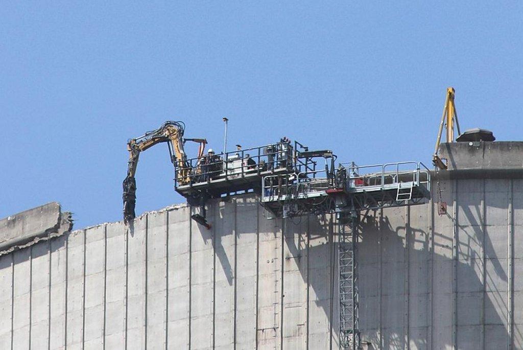 Začátek demolice chladící věže v červnu 2018.