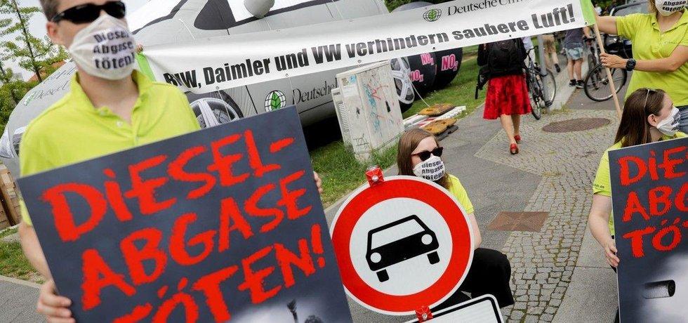 Účastníky diesel summitu přivítali před spolkovým ministerstvem dopravy demonstranti
