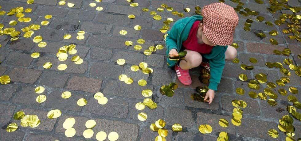 Zlaté konfety byly součástí kampaně za zavedení nepodmíněného základního příjmu ve švýcarském Baselu v roce 2016. Švýcaři v referendu návrh odmítli 76,9 procenty hlasů