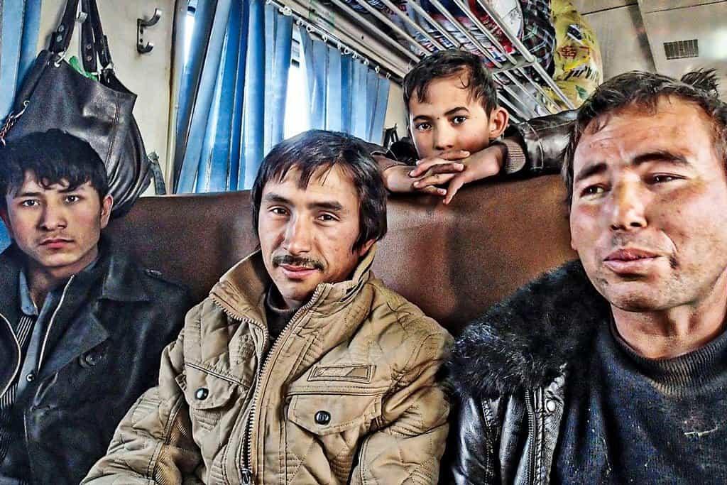 Ve vlaku. Národ Ujgurů má v Číně nezaslouženě reputaci teroristů. Většina je velmi přátelská a sdílná, zejména pokud jste Evropan