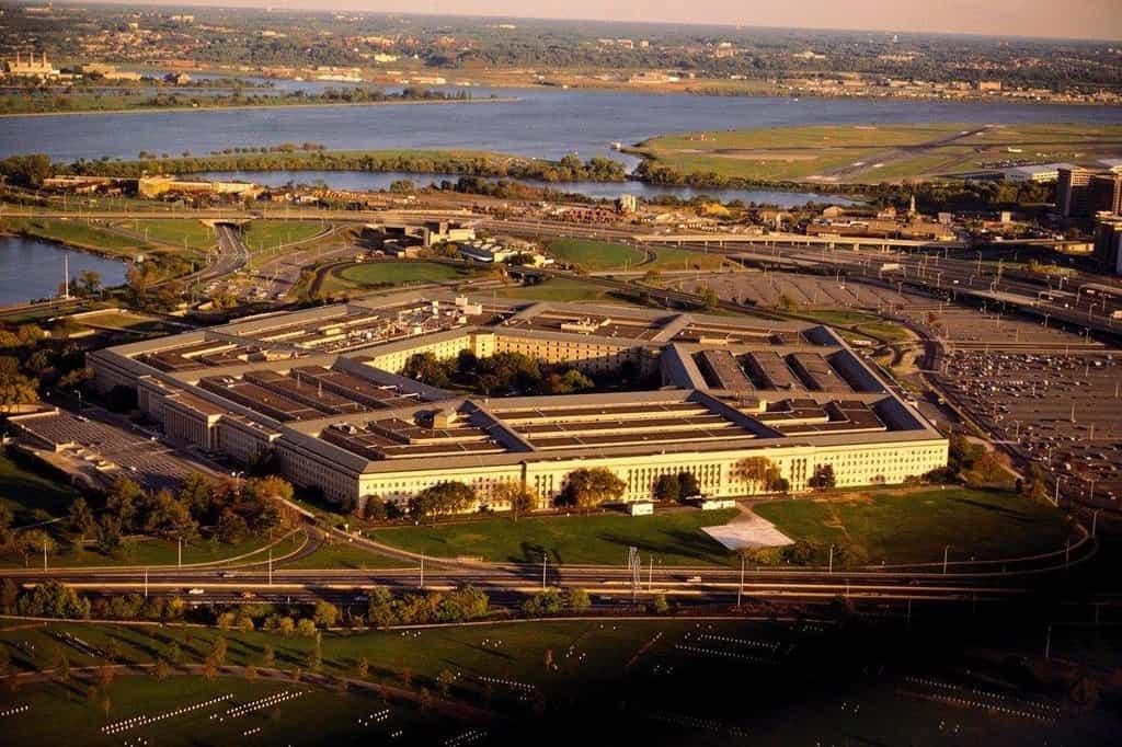 Pentagon je se 600 tisíci m2 jednou z největších kancelářských budov na světě. Pracuje v něm přibližně 26 tisíc lidí. Když se Dwight Eisenhower, který se po druhé světové válce stal náčelníkem generálního štábu, rozhodl vyrazit na krátkou procházku, v komplexu se ztratil a na cestu do své kanceláře se musel zeptat zaměstnanců.