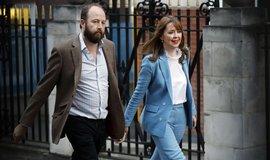 V reakci na výsledek parlamentních voleb rezignovali oba vedoucí kanceláře premiérky Nick Timothy a Fiona Hillová