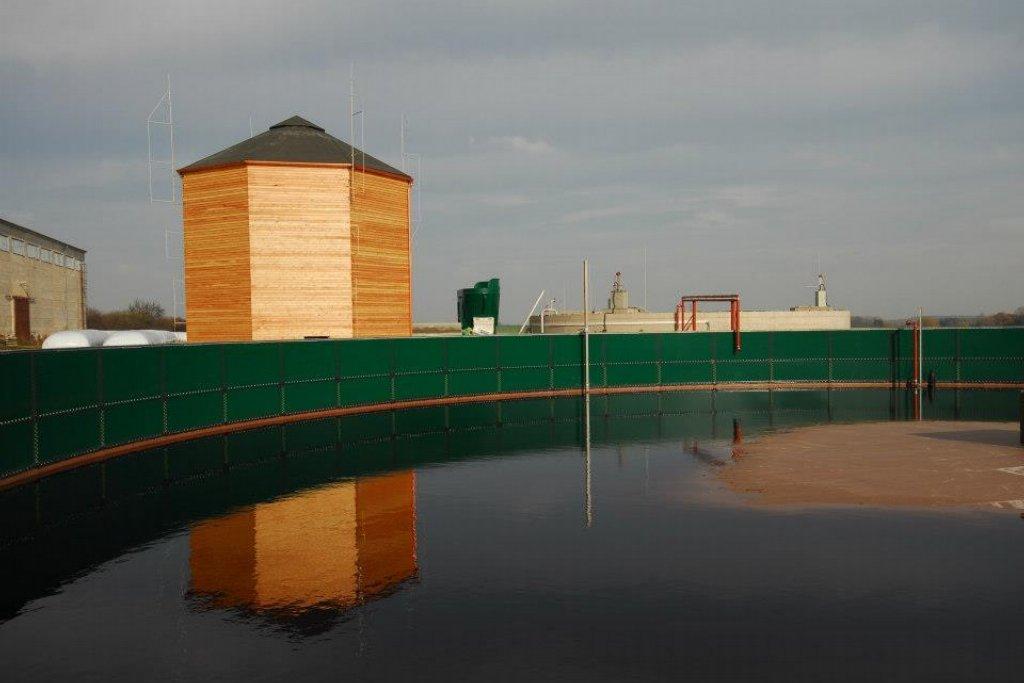 V dřevěné věži je schovaný vak na plyn z bioplynové elektrárny, která stojí napravo od věže