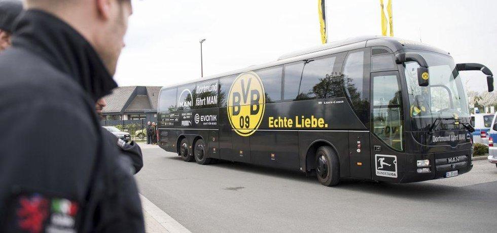 Poničený autobus fotbalistů Dortmundu