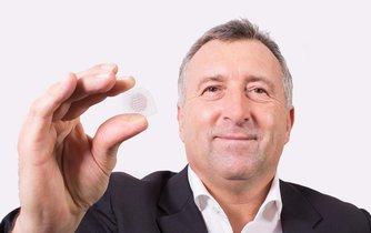 Ředitel firmy IQ Structures Tomáš Těthal s nanočočkou