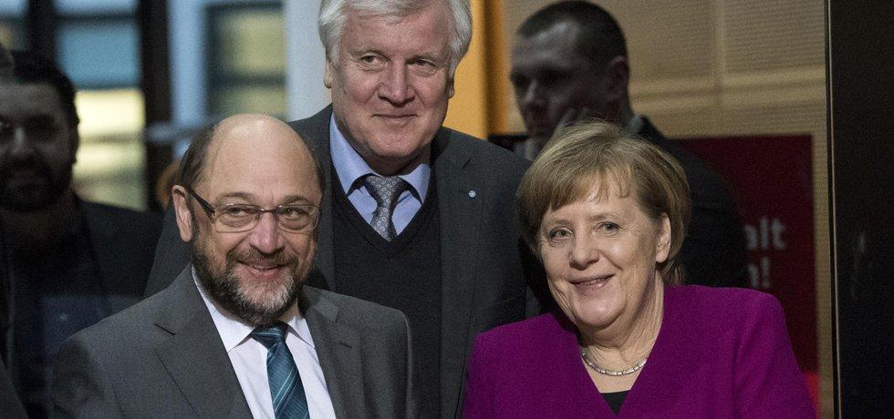 Tři hlavní aktéři vyjednávání: Martin Schulz, Angela Merkelová a Horst Seehofer