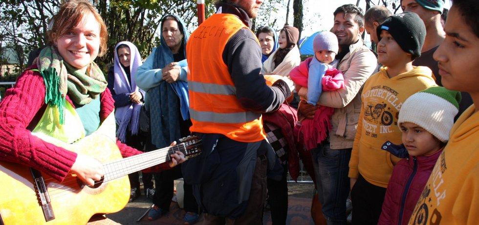Na srbsko-chorvatském hraničním přechodu Berkasovo-Bapska, kudy procházejí uprchlíci, pomáhají dobrovolníci z takzvaného Czech Teamu.