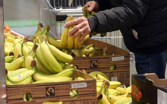 Prodej banánů v supermarketu, ilustrační foto