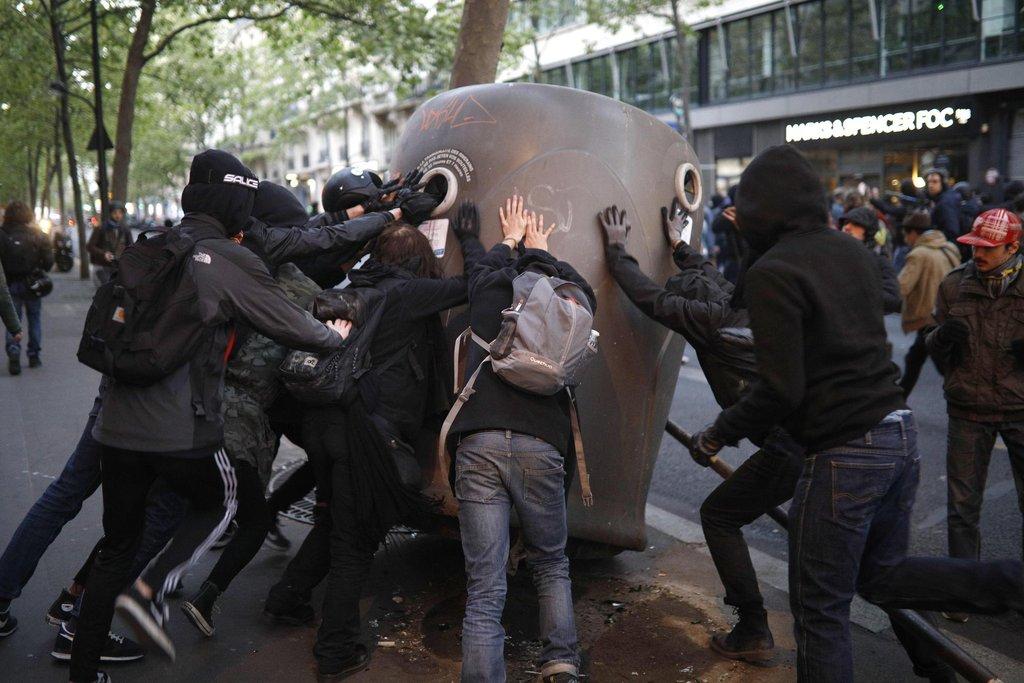 Protesty odpůrců Le Penové se v Paříži zvhly v pouliční nepokoje.