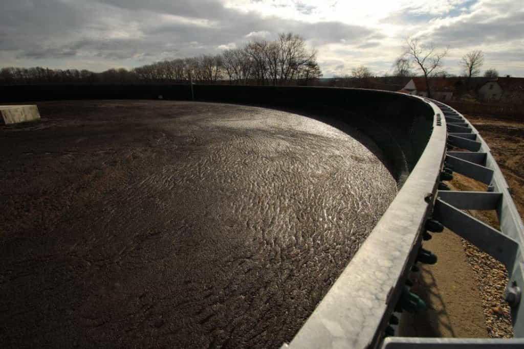 Nádrž na vypálený odpad z bioplynové elektrárny. Kupodivu se z odpadu nešíří skoro žádný zápach