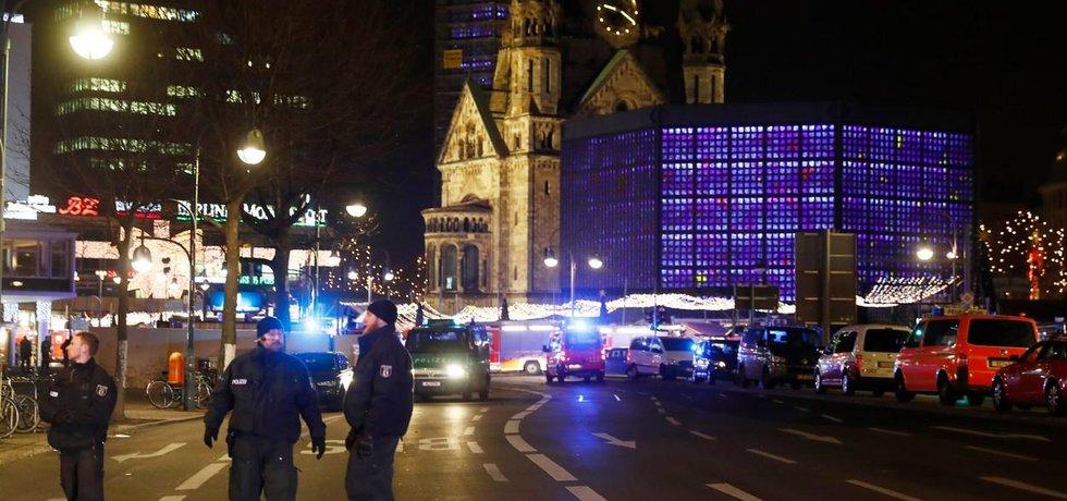 Němečtí policisté zajišťují okolí po útoku v Berlíně