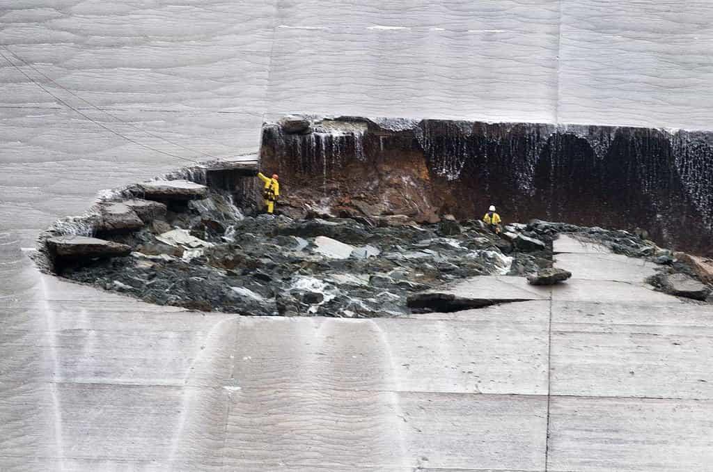 Poškozená kalifornská přehrada Oroville